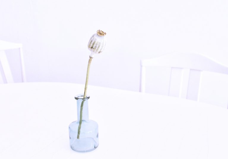 Tisch mit Vase