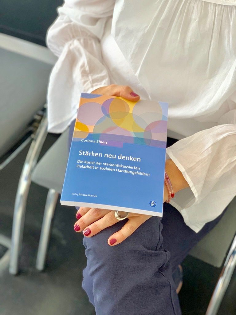 Corinna mit Buch