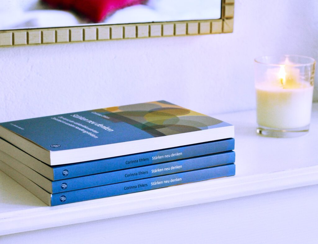 Bücher mit Kerze